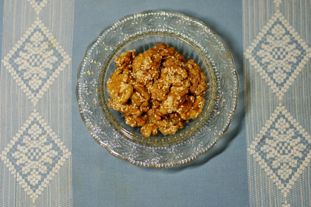 orzechy włoskie z białym sezamem