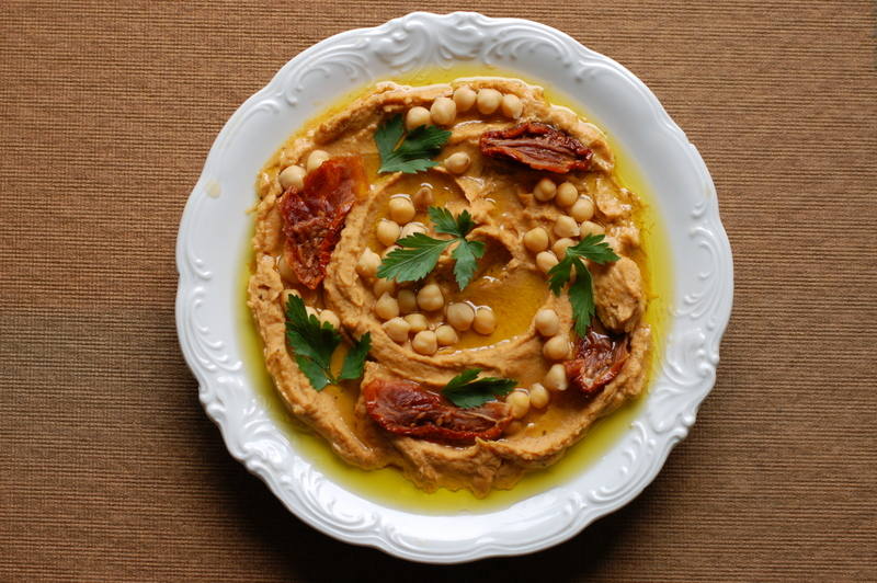 humus z ciecierzycy i suszonych pomidorów