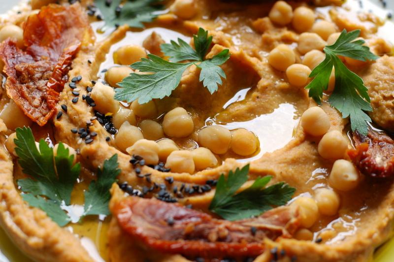 humus z ciecierzycy i suszonych pomidorow