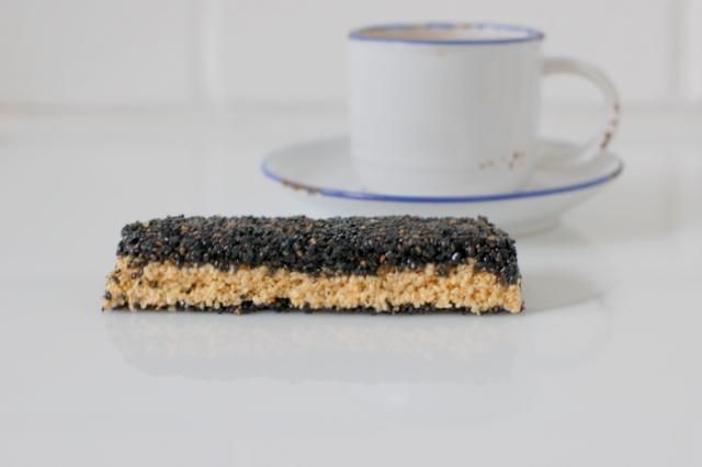 sezamek z białego i czarnego sezamu