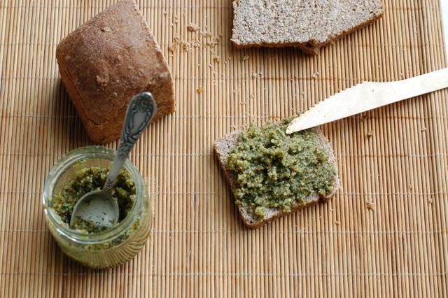 pesto z migdałów na chlebie esseńskim