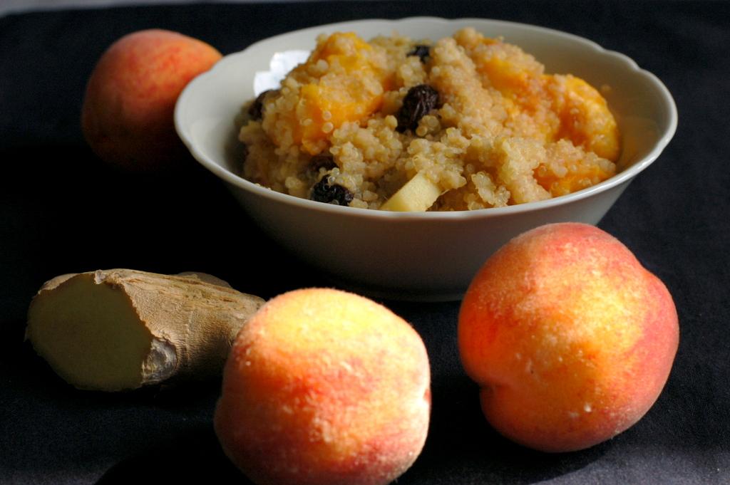 quinoa i kasza jaglana z brzoskwiniami