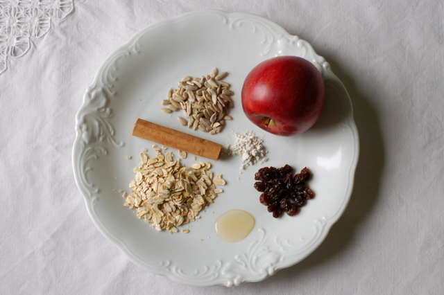 płatki owsiane, rodzynki suszone na słońcu, syrop zbożówy ryżowy, pestki słonecznika, cynamon, jabłko