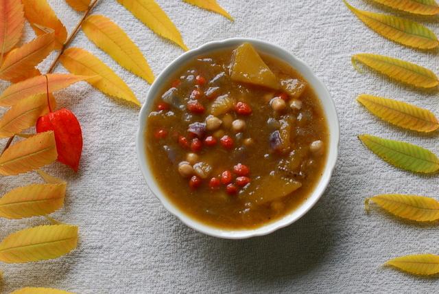 zupa dyniowa z ciecierzycą i jagodami goji